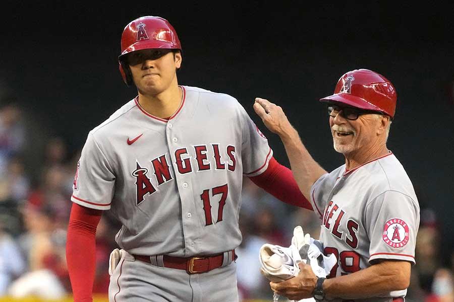 3回に二塁打を放ち、塁上でブルース・ハインズコーチと会話するエンゼルスの大谷翔平【写真:AP】