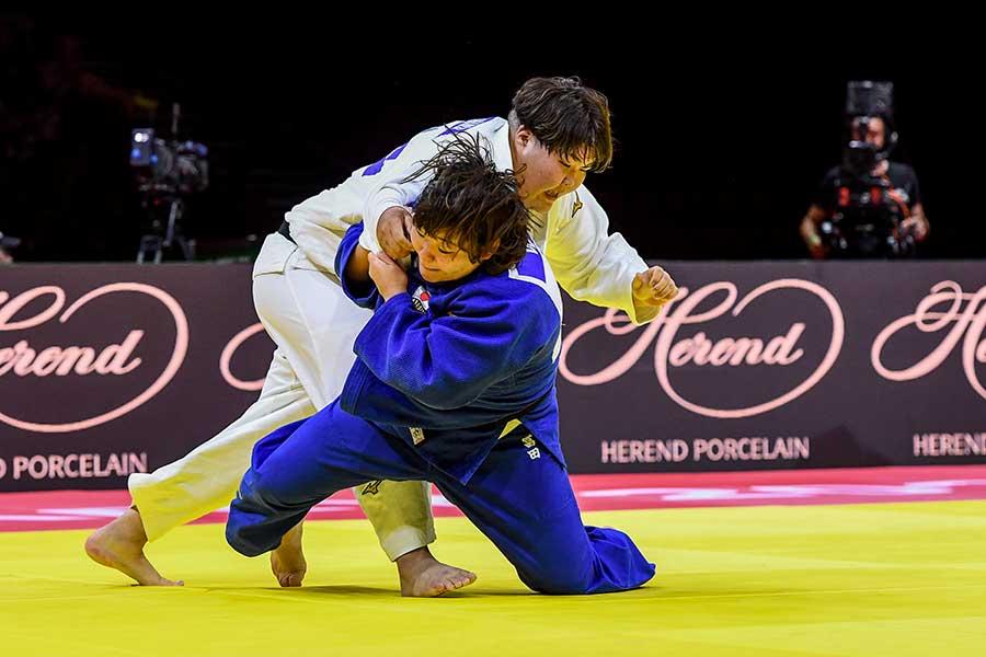 決勝で冨田若春と対戦した朝比奈沙羅(左)【写真:Getty Images】