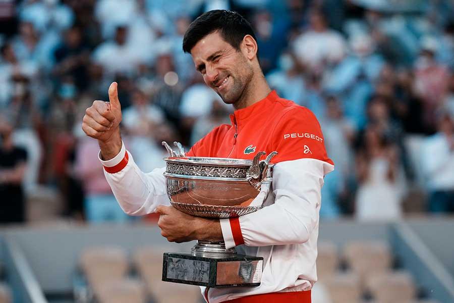 決勝でチチパスを破った後全仏オープンの優勝トロフィーを持つノバク・ジョコビッチ【写真:AP】