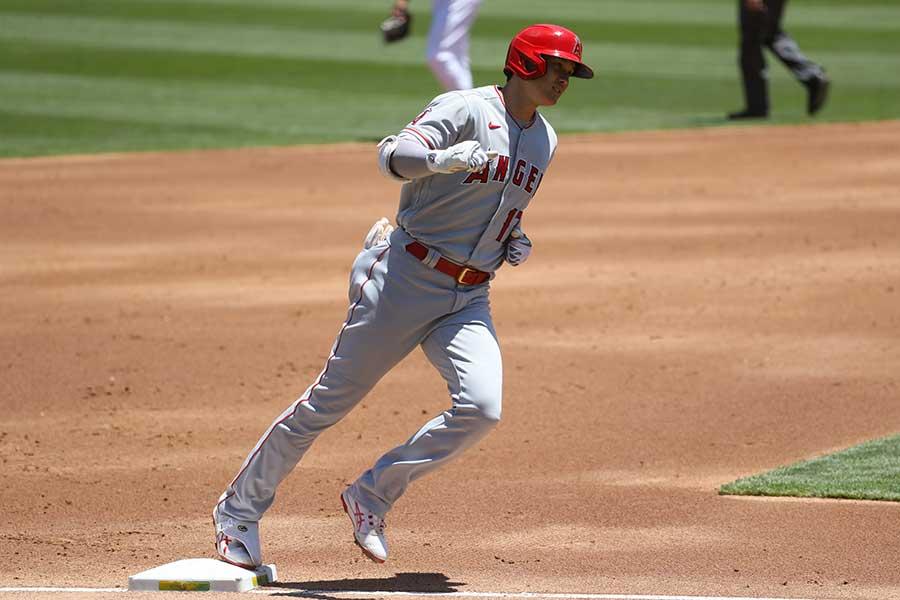 19号本塁打を放ち、ベースを回る大谷翔平【写真:Getty Images】
