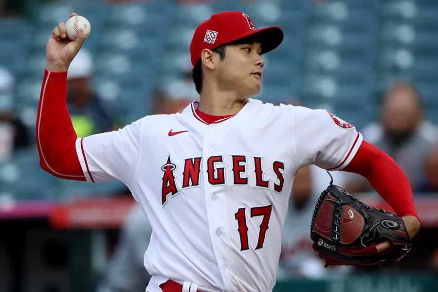 本拠地タイガース戦に「2番・投手」で出場し、投球する大谷翔平【写真:Getty Images】