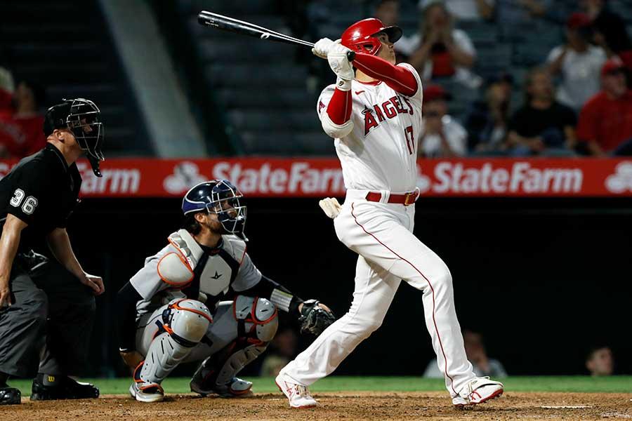 8回にこの日2本目の本塁打を打つ大谷翔平【写真:AP】