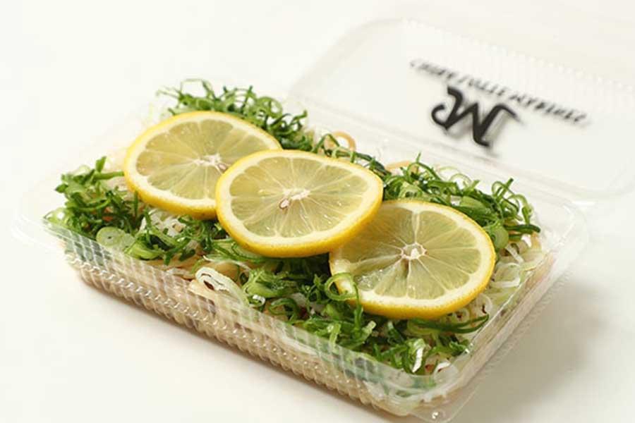 ロッテが販売開始する「レモン香る夏のネギ塩焼きそば」【写真:球団提供】