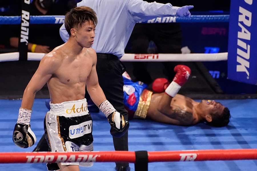 WBAスーパー&IBF世界バンタム級タイトルマッチの3回、井上尚弥がマイケル・ダスマリナスからこの日2度目のダウンを奪う【写真:AP】