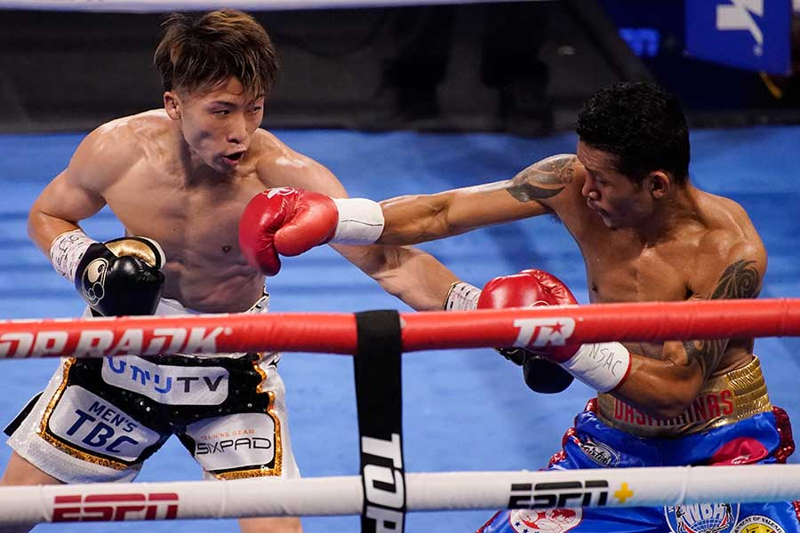 WBAスーパー&IBF世界バンタム級タイトルマッチ、井上尚弥と拳を交えるマイケル・ダスマリナス(右)【写真:AP】