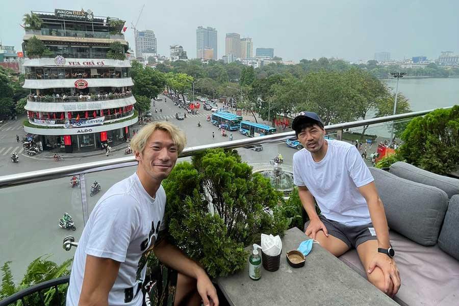 松井大輔(右)がベトナム生活の近況を語った【写真:本人提供】