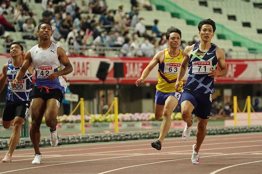 準決勝で100メートルを走り抜けるサニブラウン・ハキーム(左)と山縣亮太【写真:編集部】