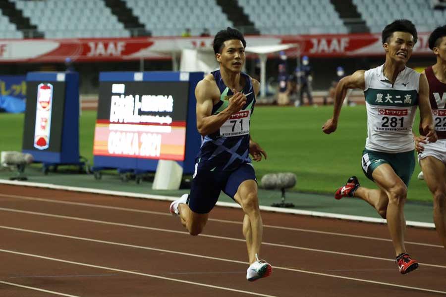 準決勝を12秒01で走り抜ける山縣亮太【写真:編集部】