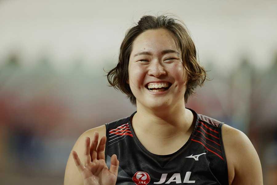 陸上・日本選手権女子やり投げで優勝し、笑顔を浮かべる北口榛花【写真:奥井隆史】