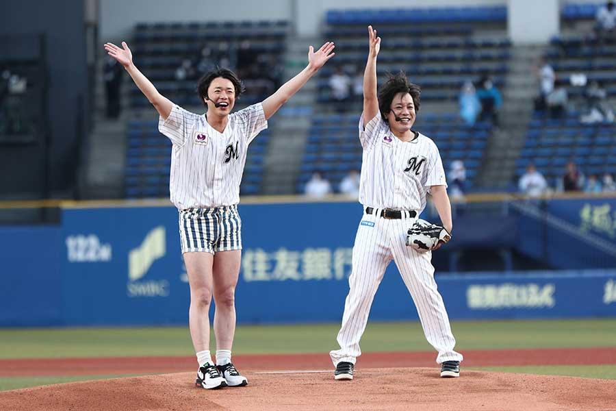 今年4月、ZOZOマリンでの始球式に登場したお笑いコンビ・ぺこぱ【写真:球団提供】
