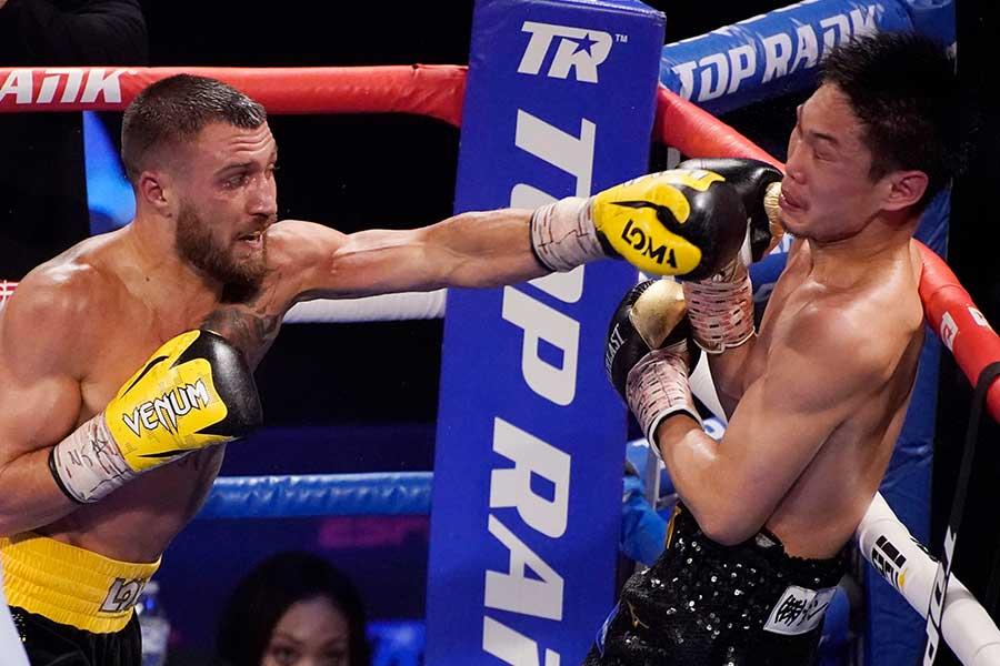 ライト級ノンタイトル12回戦でロマチェンコ(左)のパンチを浴びる中谷正義【写真:AP】