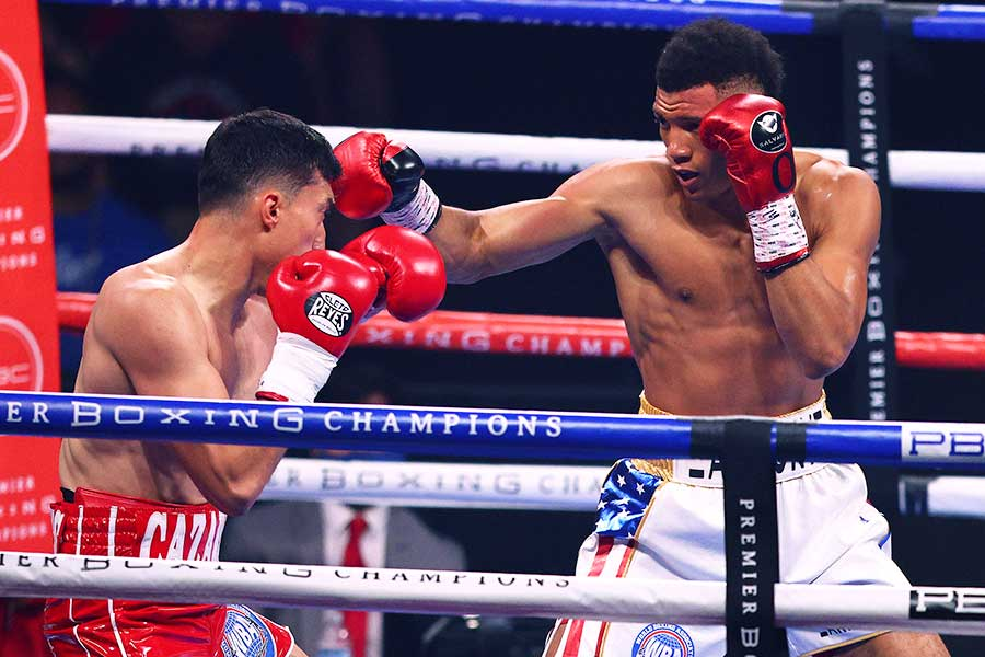 デビッド・モレル(右)がマリオ・カサレスに1回KO勝ちした【写真:Getty Images】