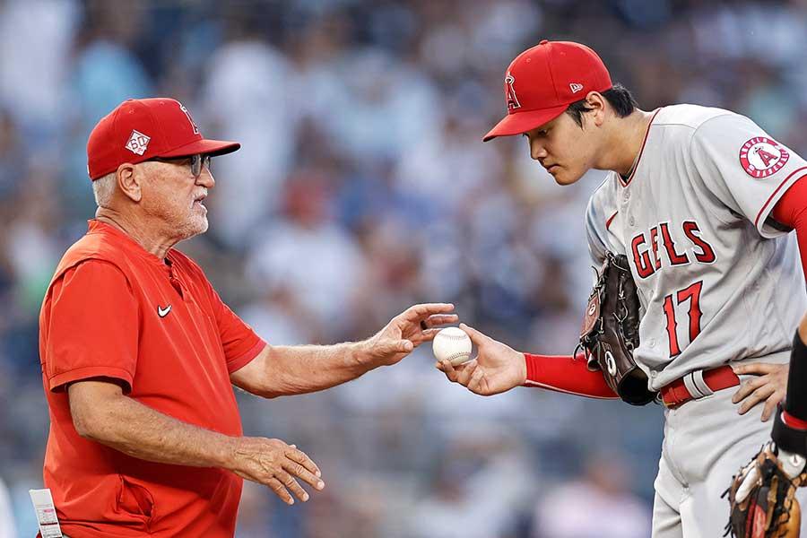 ヤンキース戦に先発するも、初回で降板するエンゼルスの大谷翔平とマドン監督【写真:AP】
