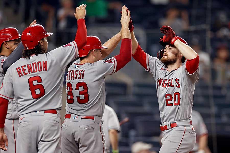 9回に同点満塁弾を放ち、チームメイトに祝福されるエンゼルスのジャレド・ウォルシュ【写真:AP】
