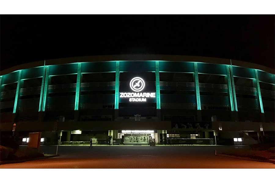 ミントグリーンにライトアップされたZOZOマリン外壁【写真:球団提供】