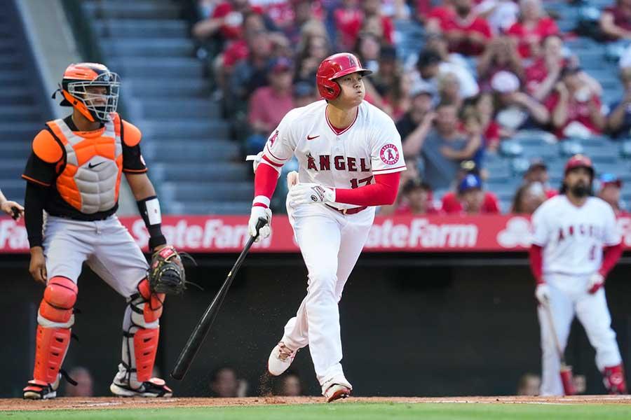第2打席、右翼席中段へ29号本塁打を放つエンゼルスの大谷翔平【写真:AP】