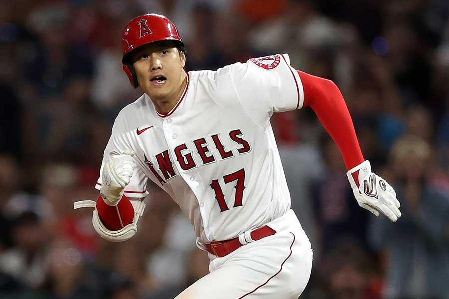 安打を放ち、二塁に向かう大谷翔平【写真:Getty Images】