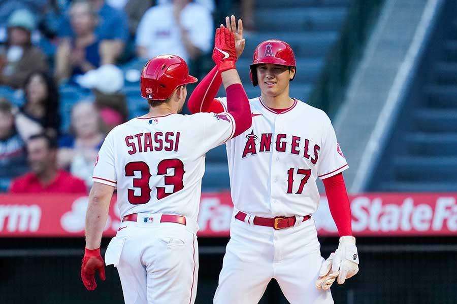 1回裏、勝ち越し本塁打で生還するスタッシを笑顔で迎えるエンゼルスの大谷翔平【写真:AP】