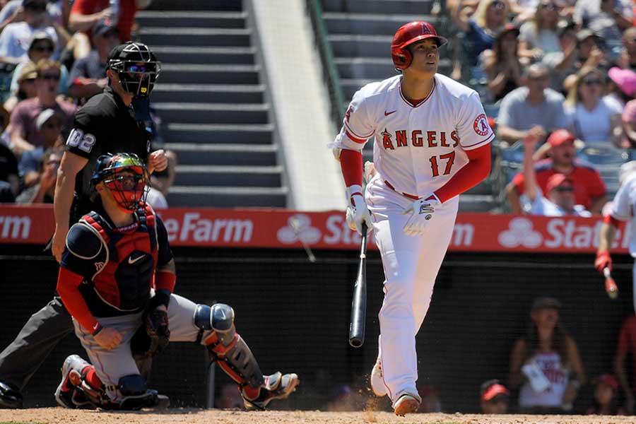 5回の第3打席で日本人シーズン最多本塁打記録を更新する、32号ソロを放つエンゼルスの大谷翔平【写真:AP】
