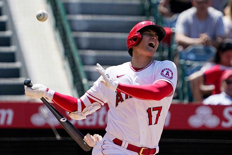 第3打席、自打球を当てて苦悶の表情を浮かべるエンゼルスの大谷翔平【写真:AP】