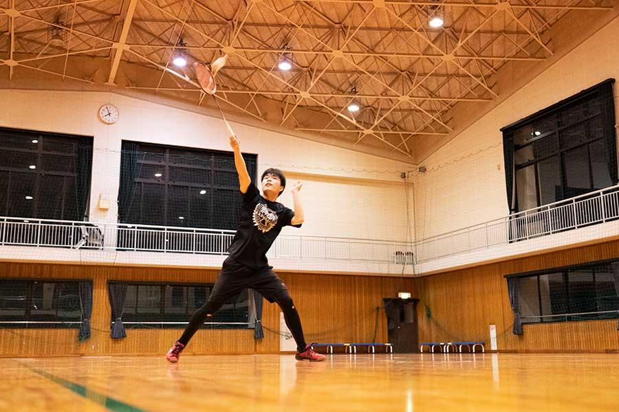 島田先生と練習する青山君、時計の針は午後8時を差そうとしている【写真:南しずか】