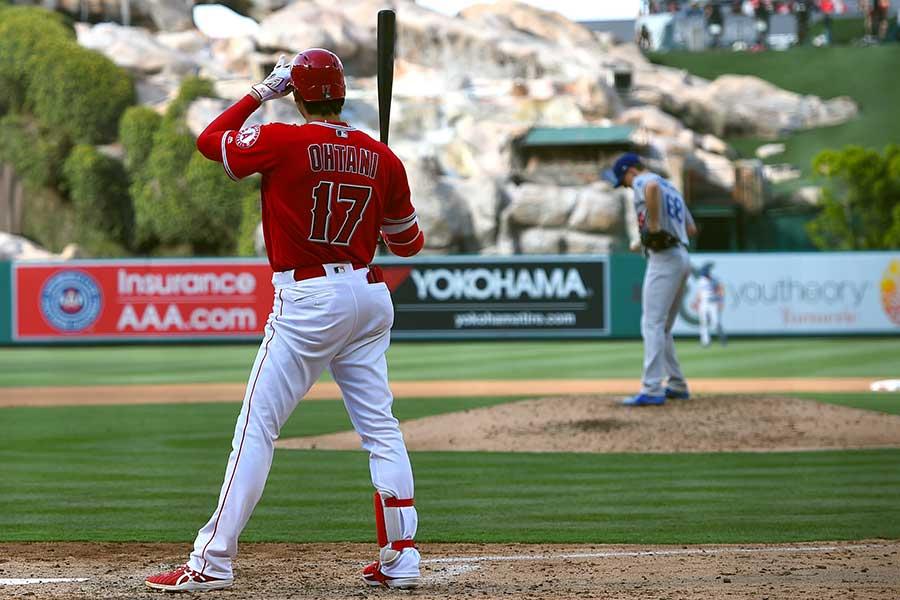 大谷が本拠地で中堅方向へ本塁打を放つと、横浜ゴムの看板が画面に映し出される(写真は2018年撮影)【写真:Getty Images】