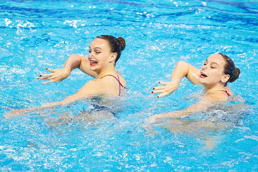 水泳のアーティスティックスイミング英国代表のケイト・ショートマンとイジー・ソープ【写真:Getty Images】