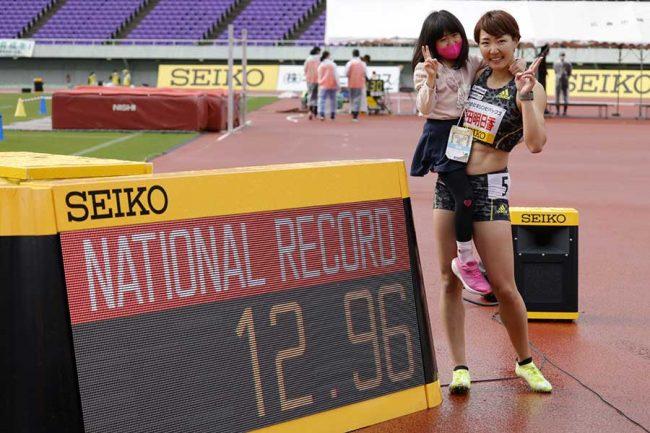 4月末に日本記録更新で長女・果緒ちゃんと記念撮影、6月1日には12秒87で再び更新した【写真:奥井隆史】