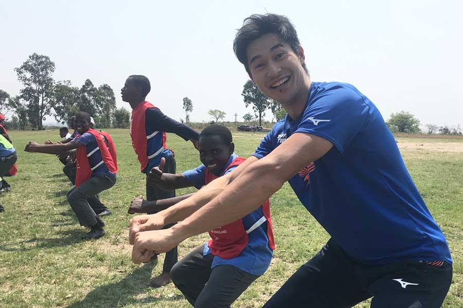 エスワティニの子供たちと笑顔で交流した飯塚翔太【写真:本人提供】