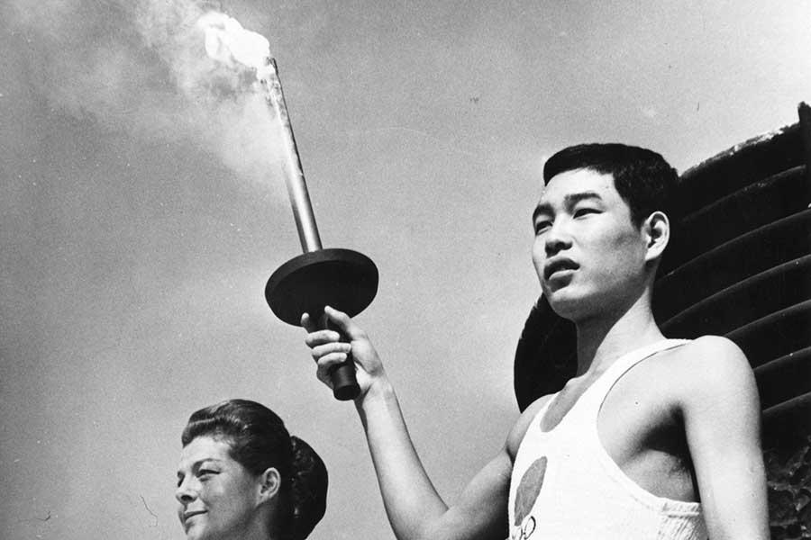 1964年、東京五輪で最終聖火ランナーを務めた坂井義則さん【写真:Getty Images】