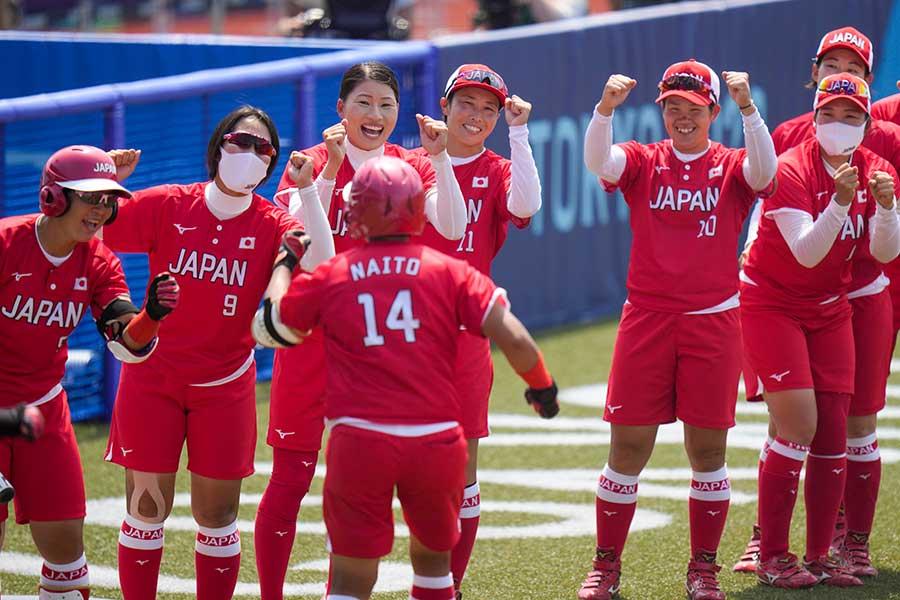 内藤実穂の逆転本塁打を笑顔で出迎えるソフトボール日本代表【写真:AP】