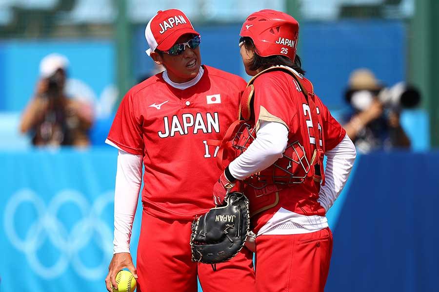 捕手の我妻悠香と話す上野由岐子【写真:Getty Images】
