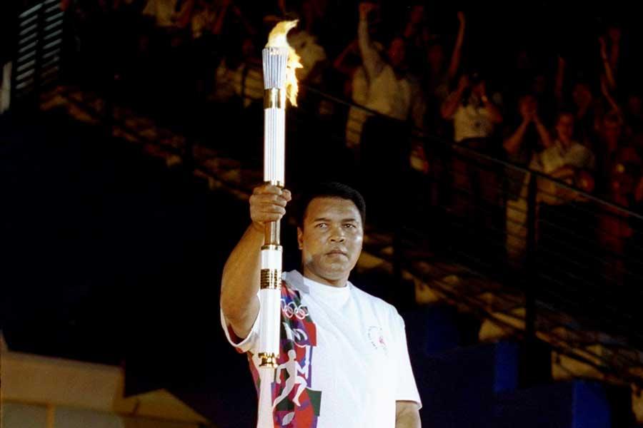 1996年アトランタオリンピックで聖火を持つモハメド・アリ【写真:Getty Images】