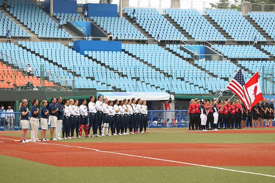 ソフトボールの米国代表とカナダ代表が健闘を称え合う光景に注目が集まっている【写真:Getty Images】