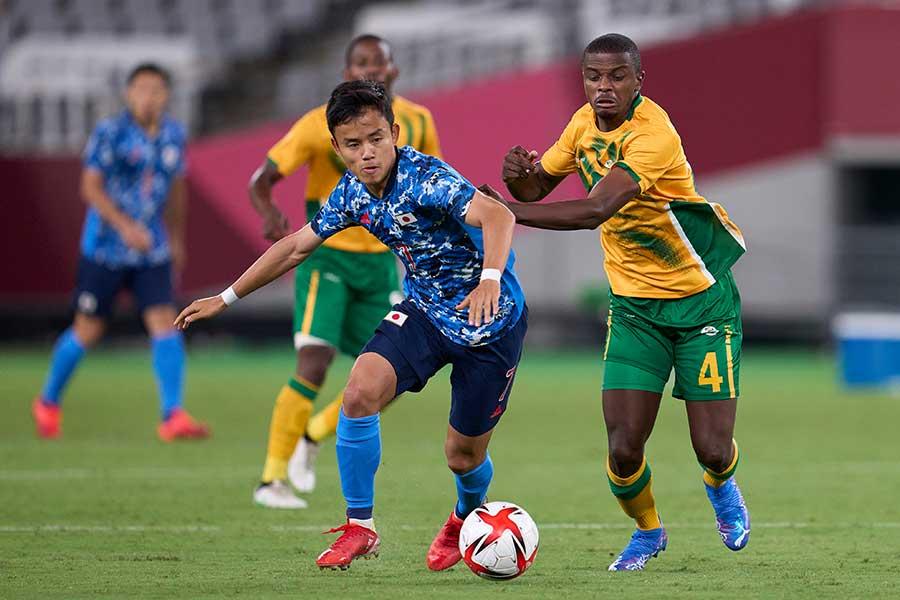 南アフリカの選手と競り合う久保建英【写真:Getty Images】