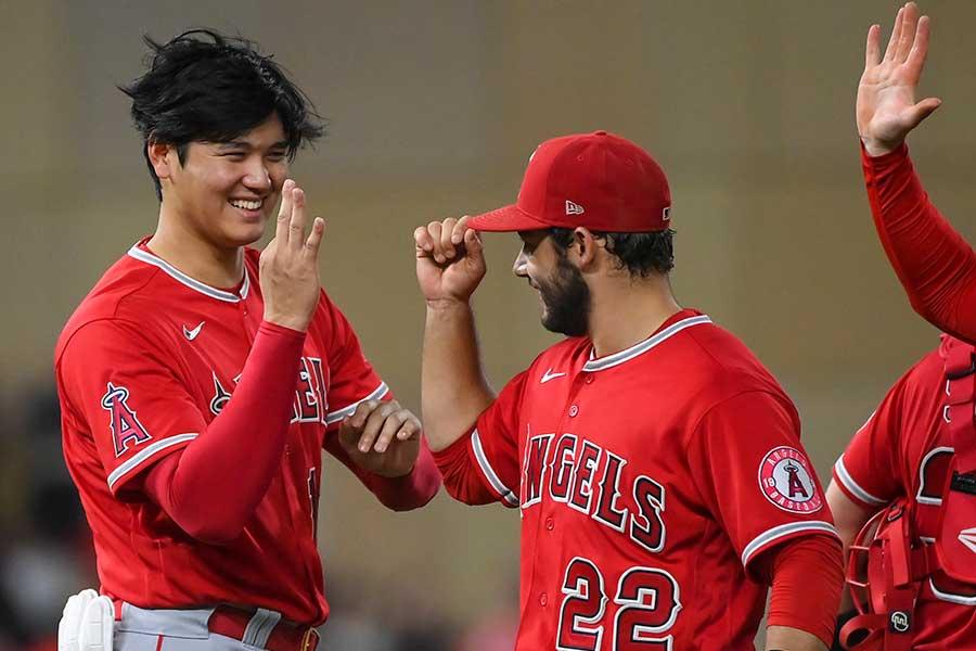 試合後、フレッチャーとハイタッチするエンゼルスの大谷翔平【写真:AP】