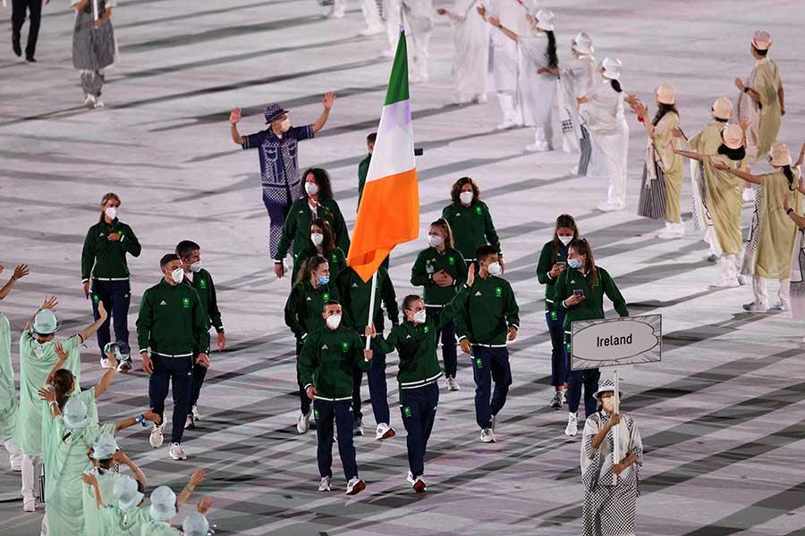 開会式で入場するアイルランド代表【写真:Getty Images】