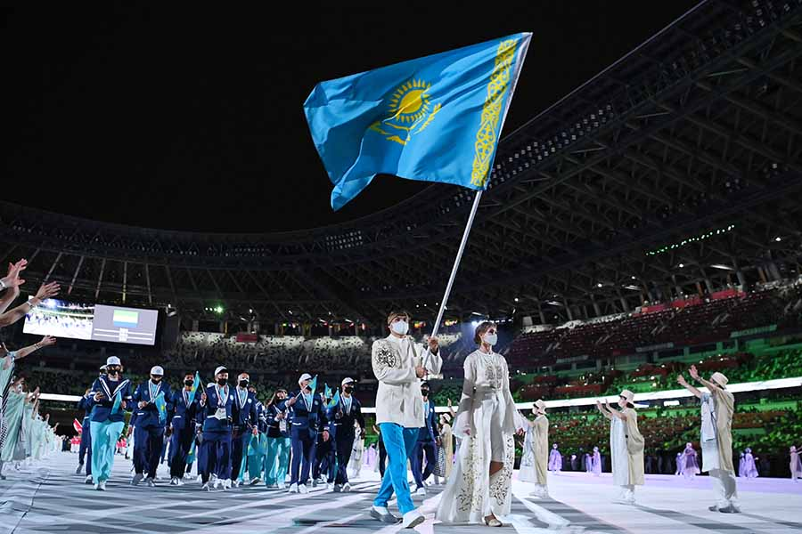 開会式で入場するカザフスタン代表【写真:Getty Images】
