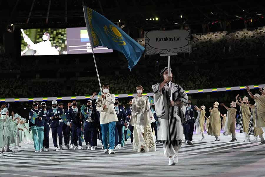開会式で入場するカザフスタン代表【写真:AP】