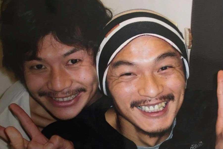 生前の松田直樹さん(右)と自宅で写真を撮った河合竜二さん【写真:本人提供】