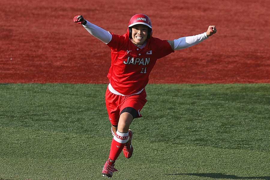 サヨナラ適時打を放ち、両手を広げて喜ぶソフトボール日本代表の山田恵里【写真:Getty Images】