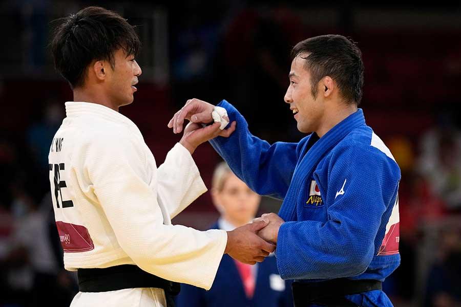 柔道の男子60キロ級で金メダルを獲得した高藤直寿(右)と台湾の楊勇緯【写真:AP】
