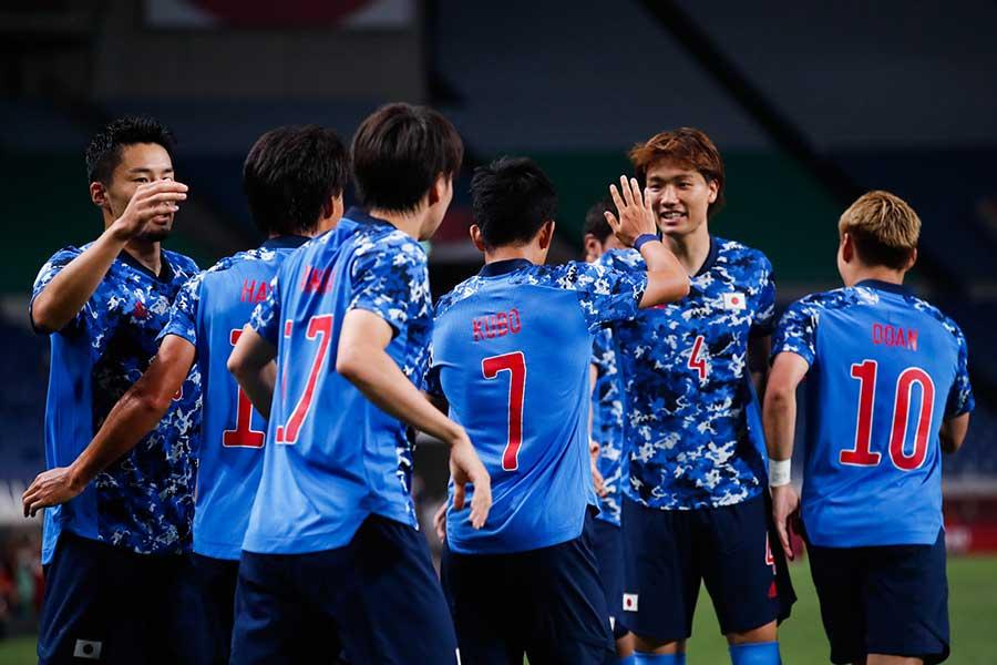 先制弾の久保建英を祝福するサッカー日本代表【写真:Getty Images】