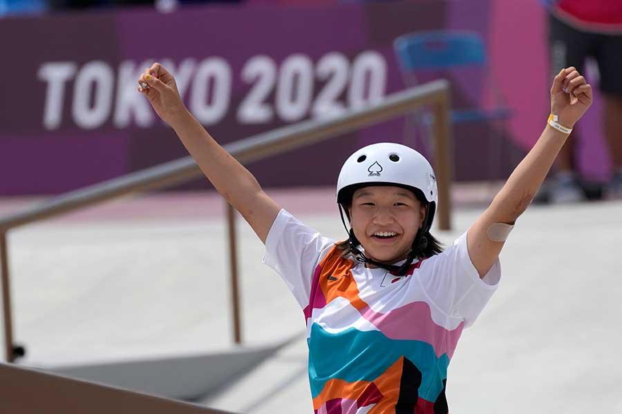 スケートボード・女子ストリートで金メダルを獲得した西矢椛【写真:AP】