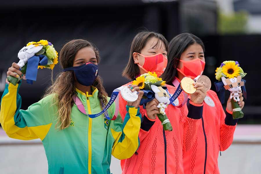 スケートボード・女子ストリートの西矢椛(中央)が日本史上最年少金メダルを獲得した【写真:AP】