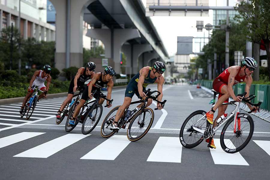 トライアスロン中、ガンダムの前をバイクで走るシーンが注目を浴びている【写真:Getty Images】