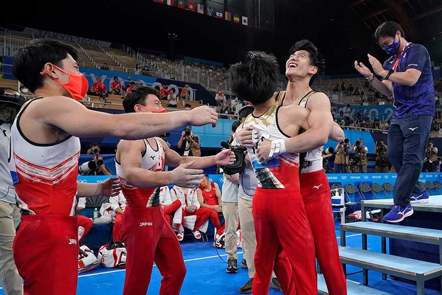 日本は体操男子団体で銀メダルを獲得した【写真:AP】