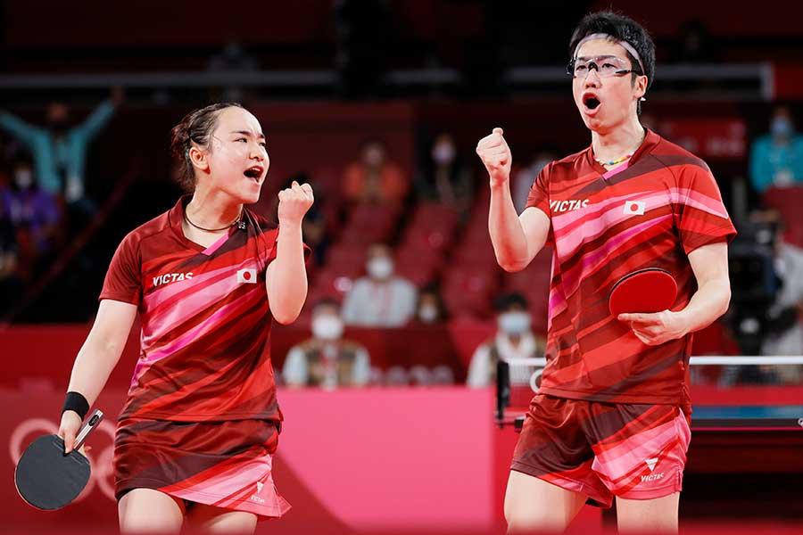 卓球の混合ダブルスで金メダルを獲得した水谷隼・伊藤美誠組【写真:Getty Images】
