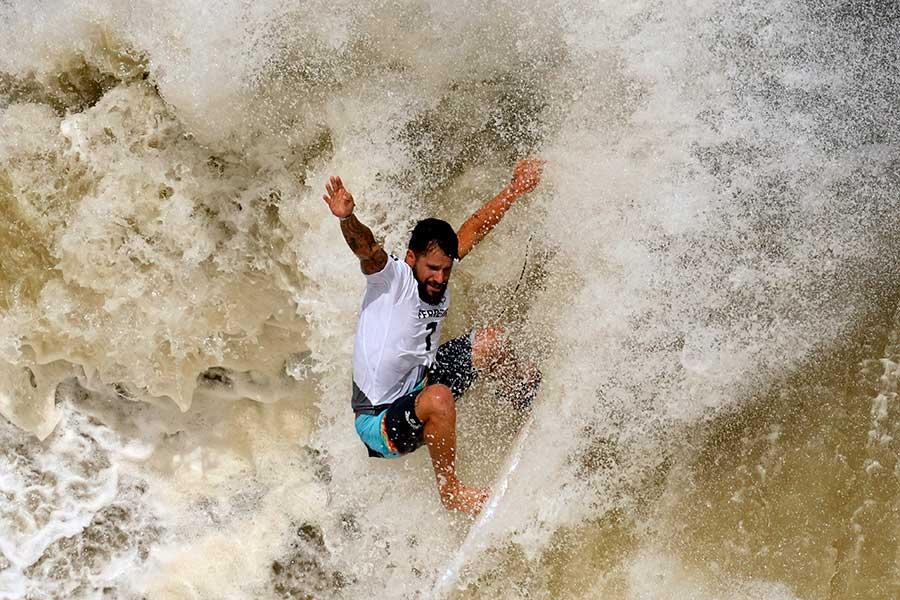 サーフィン男子決勝でプレーするイタロ・フェヘイラ【写真:AP】