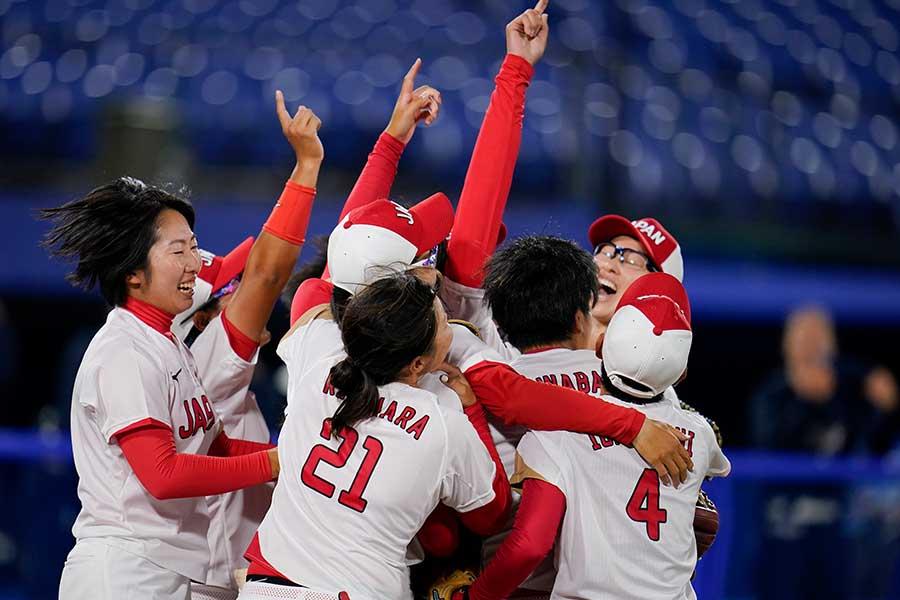優勝が決まった瞬間、歓喜の輪を作るソフトボール日本代表【写真:AP】